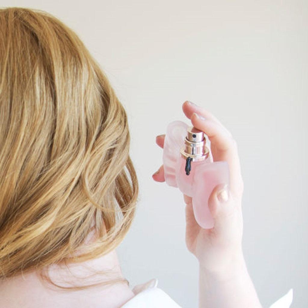 Xịt nước hoa lên tóc