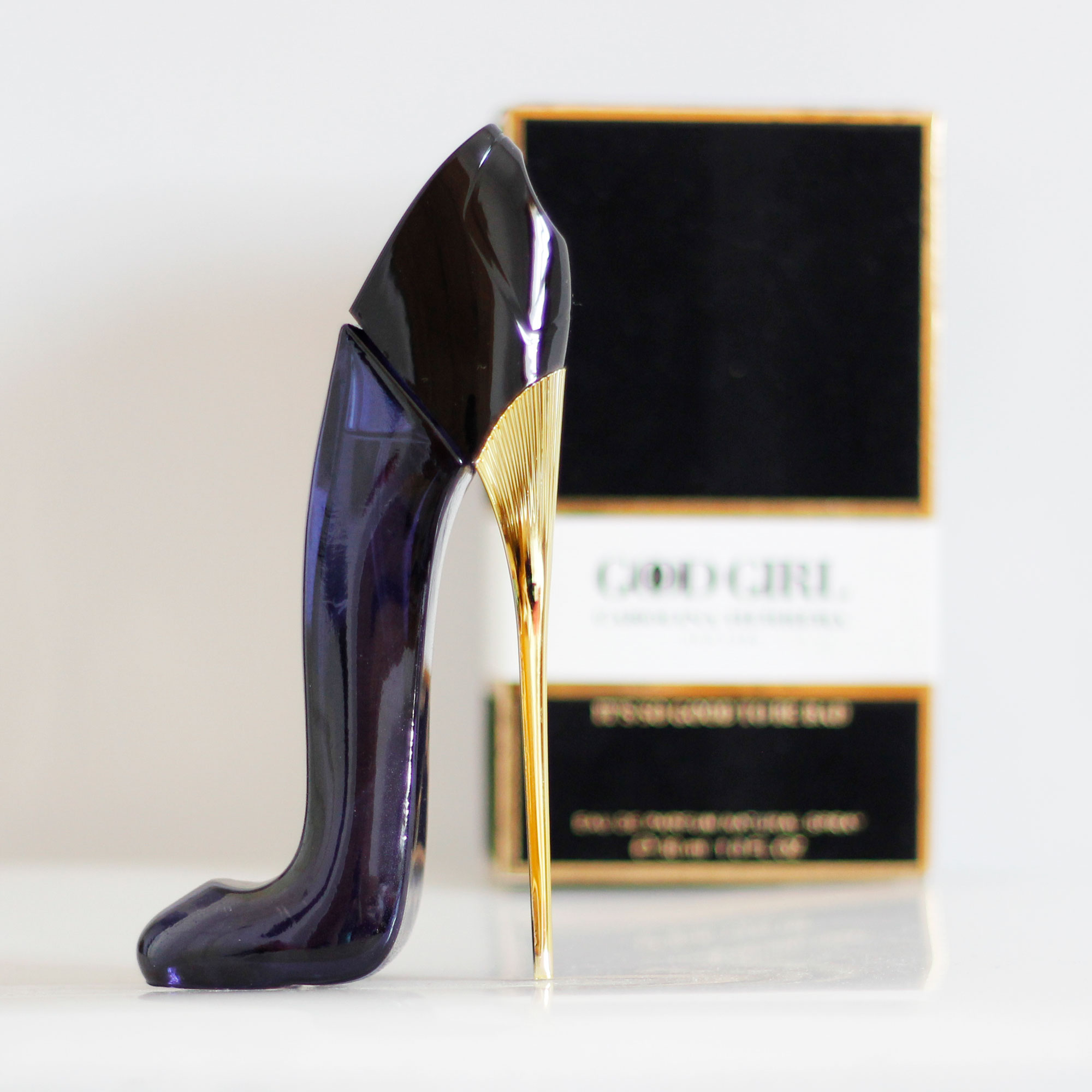 Good Girl có hình dáng của chiếc giày pha lê cùng phần gót nhọn vàng đồng tinh tế, sắc sảo