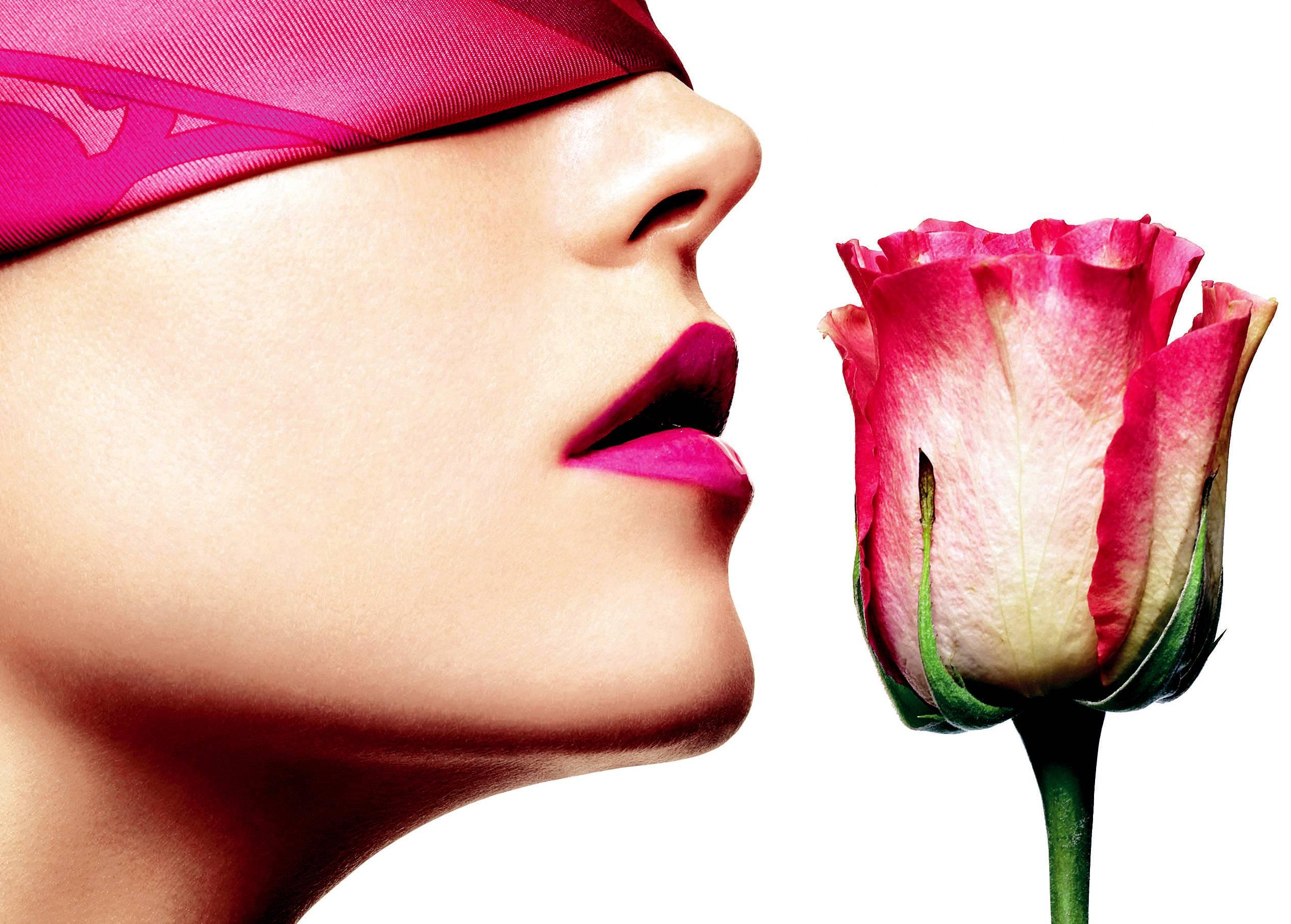 Nước hoa có thành phần chiết xuất từ tinh dầu hương hoa hồng sẽ có mùi thơm của hoa hồng rất dễ chịu, mùi nhẹ nhàng nhưng nồng nàn, quyến rũ.