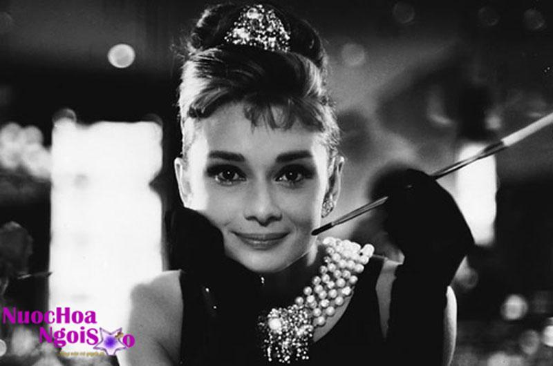 Bà lấy nghệ danh Coco khi làm ca sỹ ở các phòng trà vào năm 18 tuổi.